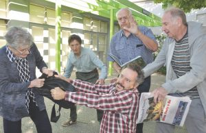Bag snatcher Cherry Waterbury with fellow actors (L-R) Leon Newton, Bruce Carboon, Herman Jansink and Eric Daws. Photo – Helen Tatchell